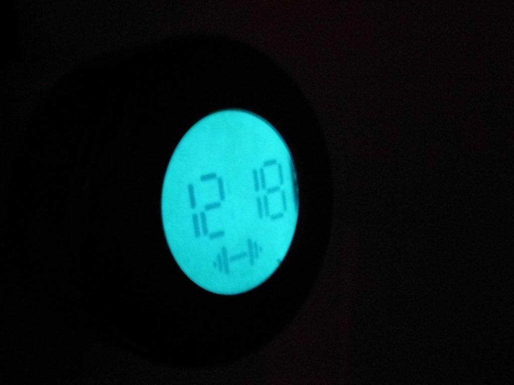 Čas: 12:18, Spôsob budenia: činka, Budík: vypnutý